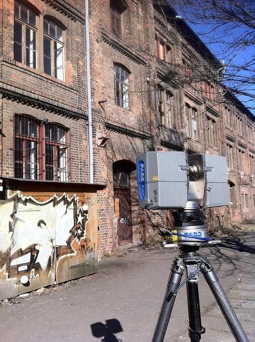 Faro-Laserscanner-vor-Fassade-Industriegebäude-Magdeburg